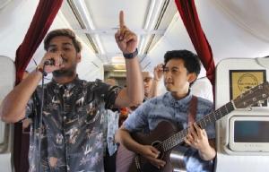 นักดนตรีชาวอิเหนา 2 คนขณะทำการแสดงสดบนเครื่องบินการูดาอินโดนีเซีย เส้นทางจาการ์ตา-บาหลี เมื่อวันที่ 9 ม.ค.