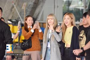 """ส่องแฟชั่นเกิร์ลกรุ๊ปชื่อดัง """"Blackpink"""" เยือนไทยกับคอนเสิร์ตครั้งแรก"""