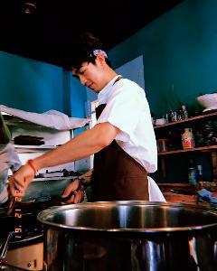 เข้าครัวไปปรุงฝันกับ 'กันน์-สรวิศ  แสงวณิช' ชายหนุ่มผู้ไม่เคยนิยามตัวเองว่าเป็นเชฟ