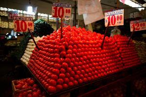 มะเขือเทศในตลาดลดที่เม็กซิโก (REUTERS/Tomas Bravo/File Photo GLOBAL BUSINESS WEEK AHEAD)