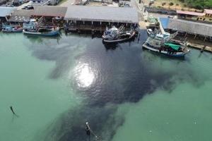 เร่งตรวจสอบน้ำทะเล หลังกลุ่มคนรักทะเลฯ ปากน้ำปราณโพสต์น้ำทะเลสีดำ