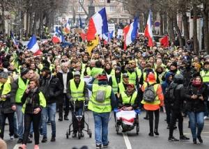 กลุ่มประท้วงเสื้อกั๊กเหลืองกำลังถือธงชาติฝรั่งเศสอันเป็นส่วนหนึ่งของการประท้วงที่ยืดเยื้อใน  Lille ซึ่งเป็นการประท้วงของกลุ่มเกิดขึ้นทั่วประเทศ ในขณะที่เจ้าหน้าที่ฝรั่งเศสประกาศจะไม่อดทนกับความรุนแรงระหว่างการประท้วงอีกต่อไป  วันเสาร์(12 ม.ค) ภาพเอเอฟพี
