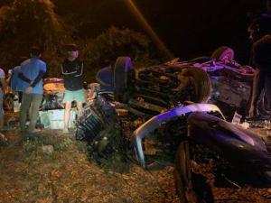 อุทาหรณ์! รถขนลำไยชนประสานงากระบะตูมสนั่นคาโค้งวังหลวง ลำพูน รถเละ-ดับ 3 รายรวด