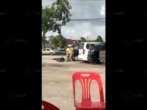 หัวหน้า อปพร.ตลาดน้ำคลองแหวางมวยไกด์จนล้มคาลานจอดรถ เหตุจอดรถไร้ระเบียบ