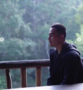 """ขอให้เชื่อมั่น? """"สงกรานต์"""" ควง """"แมท"""" เข้าป่า ...ไม่มีปัญหาไหนยากเกินกว่าที่จะก้าวผ่านไปด้วยกัน"""