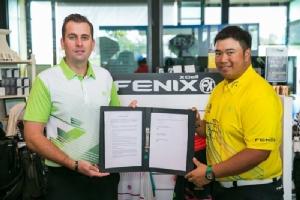 ไมเคิล มอยร์ กรรมการผู้จัดการ ฟีนิกซ์ เอกเซลล์ และ กิรเดช อภิบลาลรัตน์ ยอดนักกอล์ฟขวัญใจชาวไทย