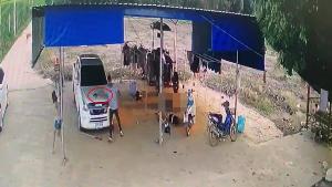 เปิดคลิปนาทีเขยคลั่งชักปืนยิงกระหน่ำฆ่า 5 ศพ ล่าสุดพบเบาะแสมือปืนโดดขึ้นกระบะหนีต่อ