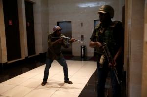 """เสียงปืน-ระเบิดดังสนั่นโรงแรมเคนยา ก่อการร้าย """"อัล-ชาบับ"""" อ้างส่งสมุนโจมตี"""