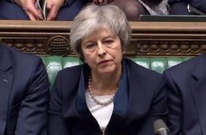 นายกรัฐมนตรี เทเรซา เมย์ แห่งอังกฤษแสดงสีหน้าเรียบเฉย ในขณะที่หัวหน้าพรรคแรงงานฝ่ายค้าน เจเรมี คอร์บีน ประกาศยื่นญัตติไม่ไว้วางใจรัฐบาล หลังสภาผู้แทนราษฎรได้ลงมติปฏิเสธข้อตกลงเบร็กซิต เมื่อวันที่ 15 ม.ค.
