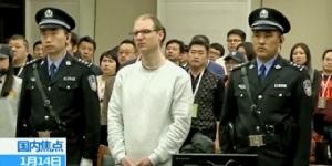 โรเบิร์ต ลอยด์ เชลเลนเบิร์ก วัย 36 ปี ขณะยืนฟังคำพิพากษาศาลประชาชนกลาง มณฑลเหลียวหนิง เมื่อวันจันทร์ที่ 14 มกราคม (ภาพซีซีทีวี)