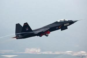<i>เครื่องบินขับไล่ เทคโนโลยีสเตลธ์ แบบ เจ 31  ภาพโดย Danny Yu - http://www.airliners.net/photo/China---Air/Shenyang-J-31-(F60)/2546527/L/, CC BY-SA 4.0, https://commons.wikimedia.org/w/index.php?curid=41501397 </i>