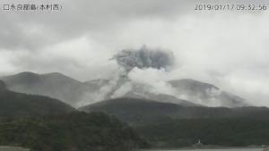 สำนักงานอุตุนิยมวิทยาญี่ปุ่นเผยภาพการปะทุของภูเขาไฟบนเกาะคุชิโนะเอะระบุจิมะ ในจังหวัดคาโกชิมะ ทางภาคตะวันตกเฉียงใต้ของญี่ปุ่น วันนี้ (17 ม.ค.) (Photo: Japan Meteorological Agency/Handout via REUTERS)