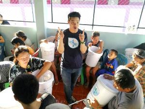 สอนการติดตั้งให้กับสมาชิกชุมชน