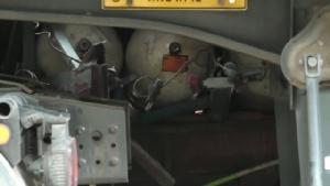 หนีตาย!? รถโดยสารก๊าซรั่วหลังชนท้ายรถเทรลเลอร์ หน้า รพ.สรรคบุรีมีผู้บาดเจ็บ 8 ราย