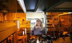 Donna Strickland หนึ่งในผู้ได้รับรางวัลโนเบลสาขาฟิสิกส์ 2018 ภายในห้องปฏิบัติการ (AFP)