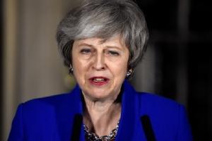 นายกรัฐมนตรี เทเรซา เมย์ แห่งอังกฤษ ตั้งโต๊ะแถลงข่าวหลังได้รับชัยชนะในศึกลงมติไม่ไว้วางใจรัฐบาลเมื่อค่ำวานนี้ (16 ม.ค.) ที่ด้านหน้าอาคารหมายเลข 10 ถนนดาวนิงสตรีท