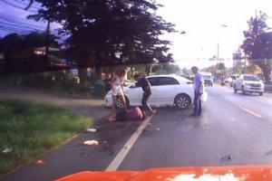 เปิดคลิปนาทีระทึก รถเก๋งชนรถจักรยานยนต์ทำร่างคนขับลอยขึ้นฟ้าตกลงมาเจ็บ