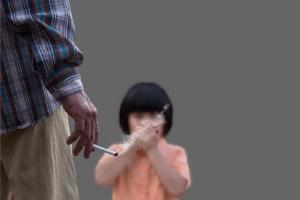 พิษควันบุหรี่มือสอง ทำร้ายสุขภาพลูก มากกว่าที่คิด