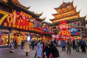 <i>ภาพถ่ายวันที่ 17 ม.ค. 2019  บรรยากาศของสวนอี้ว์หยวนในนครเซี่ยงไฮ้ ของจีน ซึ่งประดับประดาต้อนรับตรุษจีนปีหมู  ทั้งนี้จีนแถลงวันจันทร์ (21 ม.ค.) ว่า เศรษฐกิจปีที่แล้วเติบโตด้วยอัตรา 6.6% ต่ำที่สุดในรอบ 28 ปี ถึงแม้ยังอยู่ภายในกรอบที่รัฐบาลแถลงคาดการณ์ไว้ </i>