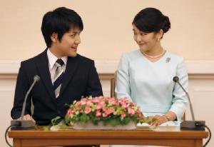 เจ้าหญิงมาโกะ พระธิดาองค์โตในเจ้าชายอากิชิโนะ และ เคอิ โคมุโระ พระสหายหนุ่มคนสนิท ประกาศข่าวการหมั้นหมาย ณ พระตำหนักอากาซากะ เมื่อวันที่ 3 ก.ย. ปี 2017 (แฟ้มภาพ - เอเอฟพี)