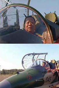 พล.อ.จันสะหมอน จันยาลาด รมว.ป้องกันประเทศ ขึ้นนั่งบน Yak-130 หมายเลข 045 ซึ่งเป็นลำที่สอง ในภาพที่