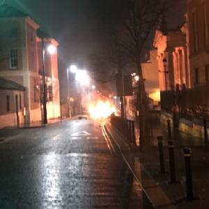 ภาพการระเบิดของคาร์บอมบ์บริเวณด้านนอกศาลเมืองลอนเดอร์รีคืนวันเสาร์(19)