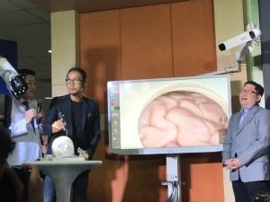 """""""พี่ตูน"""" เตรียมฟิต วิ่งรอบสองช่วย รพ.อำเภอ ส่งมอบ """"หุ่นยนต์ผ่าตัดสมอง"""" ตัวแรกของแปซิฟิกให้ รพ.พระมงกุฎฯ"""