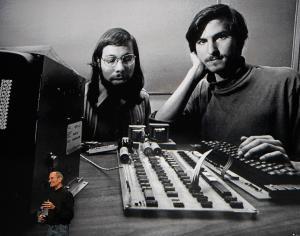Steve Jobs แสดงภาพเก่าเมื่อครั้งถ่ายภาพกับเพื่อน Steve Wozniak ในช่วงเริ่มก่อตั้ง Apple ภาพนี้ถูกแสดงในงานเปิดตัวแท็บเล็ต iPad ที่ซานฟรานซิสโก 27 มกราคม 2010.