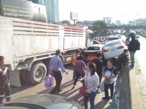 ระทึก! รถบรรทุกกากปูนเบรกแตก ชนยับ 11 คันรวด ขณะลงสะพานข้ามแยกรัชดา-พระราม 4