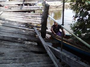ฟ้องด้วยภาพ! ไร้หน่วยงานเข้าซ่อมแซมสะพานไม้ข้ามคลองสายปาเระ-กรือเซะจนพัง