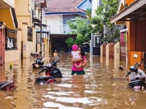 ยอดผู้เสียชีวิตพุ่ง 68 ศพ สังเวยน้ำท่วม-ดินถล่มอินโดนีเซีย