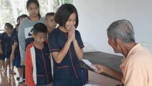 """ใจเทวดาจริง! """"ตา"""" ไส้ทะลัก นำกำไรขายไม้กวาดให้ทุนการศึกษา-เลี้ยงอาหารเด็กเพิ่มอีก 2 โรงเรียน"""