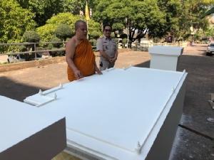 แท่นวางกล่องเถ้าอัฐิหลวงพ่อคูณ ณ ริมน้ำโขง เพื่อให้ประชาชนกราบไหว้