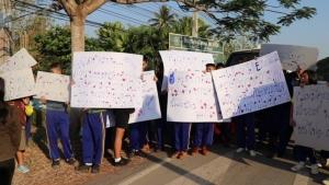 เดือด! นักเรียนไล่ครูพ้นรั้วโรงเรียน อ้างสร้างความแตกแยก ลงโทษศิษย์เกินเหตุ