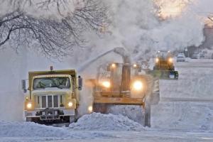 <i>พนักงานของเมืองบิสมาร์ค รัฐนอร์ทดาโคตา ใช้รถกวาดหิมะออกจากถนนบริเวณใกล้ๆ โรงเรียนมัธยมปลายแห่งหนึ่งเมื่อวันพุธ (30 ม.ค.) </i>
