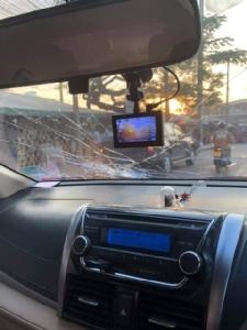 มอ'ไซค์ หัวร้อน เจอรถจอดริมถนน-แวะซื้อของทำรถติด เคาะกระจกด่า-ปาหินใส่ (ชมคลิป)
