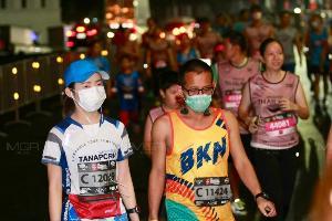 """ประมวลภาพ : ไม่กลัวฝุ่น! ค่า PM 2.5 ลดลง นักวิ่งมาราธอนนับหมื่นคนทั้งชาวไทย-ชาวต่างชาติ """"วิ่งผ่าเมือง"""" ปกติ"""