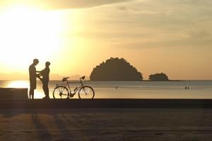 คู่รักนักปั่น บันทึกภาพความทรงจำริมหาดปากเมง