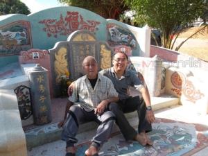 """""""ลุงจุงเสี้ยน"""" กับผมในเทศกาลเชงเม้งที่สุสานคนจีนโพ้นทะเลอำเภอนาบอน ท่านเสียชีวิตเมื่อปี 2561 ที่แล้วนี่เอง โดยสั่งหลานให้เผาเพราะไม่มีครอบครัว ไม่มีลูก"""