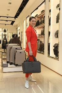 กรกนก ยงสกุล : คล่องแคล่ววันทำงานแต่ชีวิตไม่เคยขาดสีสัน กับชุดสไตล์มัสคิวลินสีแดงอมส้ม และรองเท้าบู๊ตสุดแซ่บสีขาวและกระเป๋าถือทำงานของ Tumi