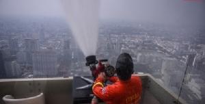 มาตรการระยะสั้น (4 ก.พ.2562) กทม. ร่วมกับตึกใบหยก ทดสอบฉีดพ่นน้ำเพื่อลดฝุ่นละอองขนาดเล็ก PM2.5 ในอากาศ จากระเบียงชั้น 81ความสูง 305 เมตร โรงแรมใบหยก สกาย (ตึกใบหยก 2)
