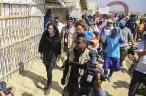 """""""โจลี"""" เดินสายเยี่ยมค่ายโรฮิงญาก่อนสหประชาชาติระดมทุนช่วยเหลือรอบใหม่"""