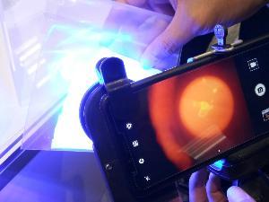 ภาพตัวอย่างคราบวัตถุพยานที่เรืองแสงเมื่อพ่นชุดน้ำยา