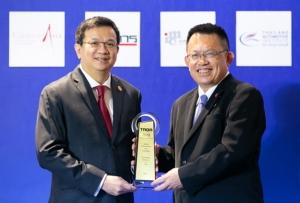 น้ำมันเชื้อเพลิง / เชลล์  โดย อรอุทัย ณ เชียงใหม่ กรรมการบริหาร ธุรกิจการตลาดค้าปลีก บริษัท เชลล์แห่งประเทศไทย จำกัด รับรางวัล