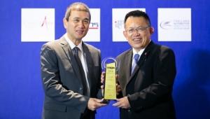 ประหยัดพลังงาน / อีซูซุ โดย จิรยุทธ อดิเทพนรางกูร ผู้ช่วยผู้จัดการทั่วไป บริษัท ตรีเพชรอีซูซุเซลส์ จำกัด รับรางวัล