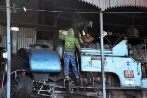 พนักงานเติมเชื้อเพลิงให้กับหัวรถจักร