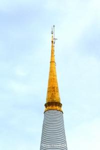 """พระบรมธาตุเมืองนคร ได้รับการเรียกขานว่าเป็น """"พระธาตุทองคำ"""" เนื่องจากปลียอดหุ้มด้วยทองคำเหลืองอร่าม"""