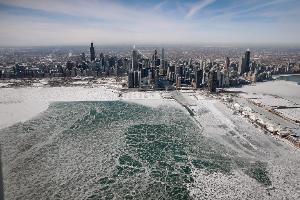 น้ำแข็งก่อตัวที่ทะเลสาบมิชิแกน (Lake Michigan) ในชิคาโก อิลลินอยส์ สหรัฐฯ จากผลพวงลมหมุนขั้วโลก (SCOTT OLSON / GETTY IMAGES NORTH AMERICA / AFP )