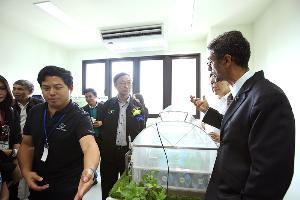 ราจีฟ บาวา รองประธานเจ้าหน้าที่บริหาร กลุ่มกิจการองค์กรและพัฒนาธุรกิจ ดีแทค ให้ข้อมูลเกี่ยวกับระบบ Smart Farming แก่รมว.ดีอี