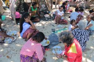 """""""ชาวมอแกน"""" ขอบคุณธารน้ำใจพี่น้องชาวไทยที่หลั่งไหลเข้ามาไม่ขาดสาย หลังไฟไหม้วอดเกือบทั้งเกาะ"""
